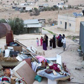 Des manifestants tiennent les bulldozers israéliens à distance d'un village bédouin