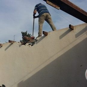 9 familles palestiniennes perdent la source de leurs revenus parce que, propriétaires de leurs magasins, elles sont obligées de les démolir