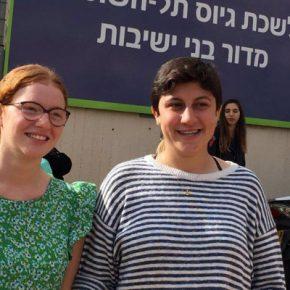 Les forces d'occupation israéliennes condamnent deux objectrices de conscience à un mois de prison