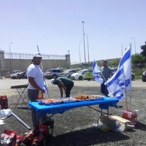 Des Israéliens font un barbecue à l'extérieur d'une prison où sont détenus des grévistes de la faim palestiniens