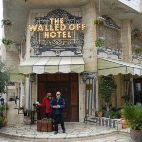 Brian Eno, Roisin Murphy et d'autres ont réalisé un album à l'hôtel Walled Off de Banksy en Palestine