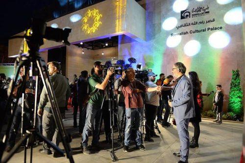 Comment le plus grand festival de films de Palestine défie les murs, les barrages routiers et le manque de moyens dans - DATE A RETENIR 0-8-3-1293083_hannaattalahbeinginterviewedinfrontoframallahculturalpalace_730113-e1544820677705